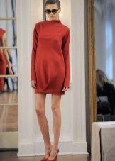 Короткое закрытое красное платье с длинным рукавом