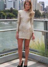 Короткое золотое закрытое платье с длинным рукавом