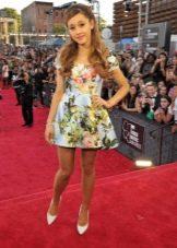 Короткое платье с рисунками цветов