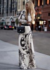 Длинное белое платье с черным абстрактным рисунком