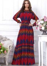 Длинное платье сабстрактным кросно-синим рисунком