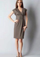 Средней длины платье с завышенной талией