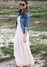 Длинное платье с завышенной талией в сочетание с джинсовой курткой