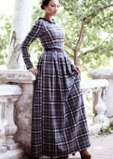 Длинное платье в сине-черную клетку с пышной юбкой