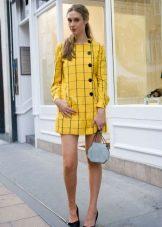 Черные туфли лодочки к желтому платью в клетку