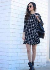 Черное платье в клетку с грубыми ботинками