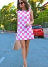 Короткое платье в бело-розовую клетку - шахматный принт