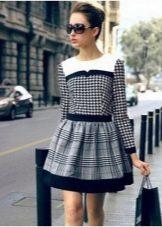 Короткое платье в крупную и мелкую черно-белую клетку