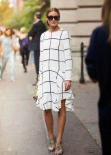 Белое свободного кроя платье в крупную клетку средней длины