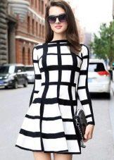 Белое платье в клетку с полосками разной ширины