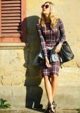 Аксессуары и украшения к клетчатому платью