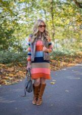 Вязаное платье в широкую цветную полоску