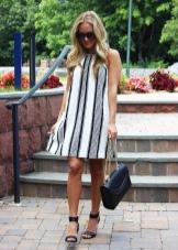 Платье с черно белой вертикальной полоской