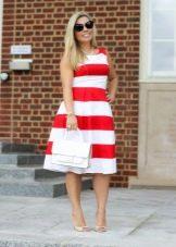 Белые босоножки и сумка к платью в широкую крсно белую полоску