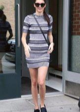Вязаное короткое платье в серую и темно-серую полоску