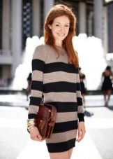 Вязаное платье-свитер в черно бежевую полоску