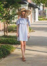 Платье с бело голубой вертикальной полоской