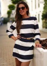Черно-белое короткое платье в широкую полоску