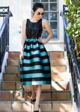 Полосатое платье с однотонным верхом и полосатым низом