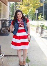 Платье для полных в широкую горизонтальную красно белую полоску