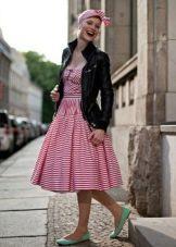 Платье в стиле 50-х в сочетание с кожаной курткой