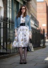 Платье в стиле 50-х в сочетание с джинсовкой