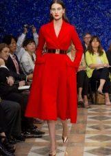 Красное платье в стиле нью лук с длинными рукавами и пышной юбкой