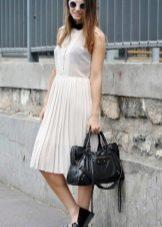 Плиссированное платье с лофферами