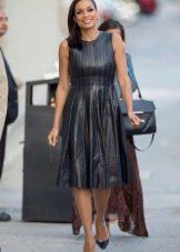 Кожаное плиссированное платье средней длины
