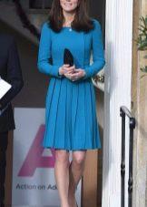 Синее платье с плиссированной юбкой средней длины