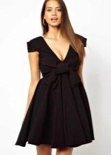 Черное платье, расклешенное от груди