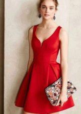 Красное платье, расклешенное от талии