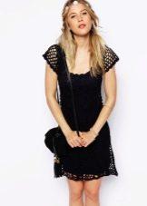 Черное расклешенное вязаное платье