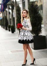 Черно-белое расклешенное вязаное платье