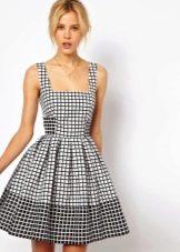 Черно-белое клетчатое расклешенное платье