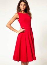 Красное расклешенное платье