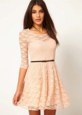 Бежевое расклешенное платье с ремнем