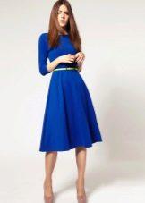 Синее расклешенное платье с ремнем