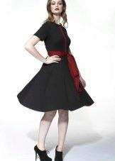 Черное расклешенное платье с красным поясом