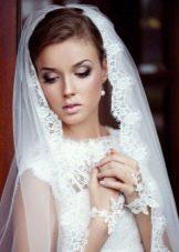 Свадебная прическа в сочетание с фатой к платью футляр