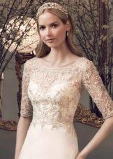 Свадебная прическа в сочетание с диадемой к платью футляр