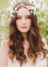 Свадебная прическа в сочетание с украшением на волосы к платью футляр