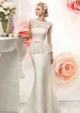 Длинное свадебное платье футляр из кружева и сатина с баской