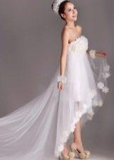 Короткое свадебное платье с завышенной талией со шлейфом