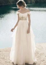 Длинное молочное свадебное платье с завышенной талией