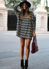 Платье в зигзагообразную полоску