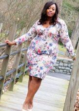 Белое платье-футляр с цветочным принтом для полных