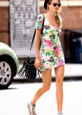 Белое летнее платье с цветочным принтом