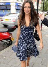 Синее платье в белый горошек