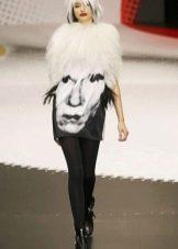 Короткое с меховой опушкой черно-белое платье с фотопринтом портрет